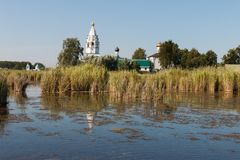 Paisagem com um monastério no meio do lago Imagens de Stock Royalty Free