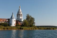Paisagem com um monastério no meio do lago Foto de Stock Royalty Free