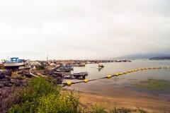 Paisagem com um porto de pesca velho Imagens de Stock Royalty Free