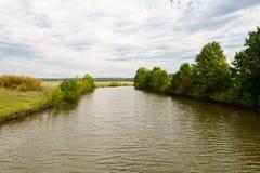 Paisagem com um rio, campos do verão imagem de stock royalty free