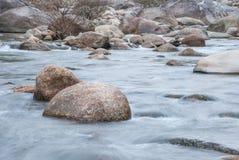 Paisagem com um rio da montanha Foto de Stock