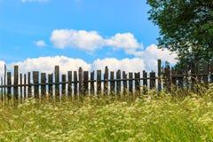Paisagem com uma cerca velha Foto de Stock Royalty Free