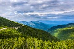 Paisagem com uma estrada da montanha Imagem de Stock Royalty Free