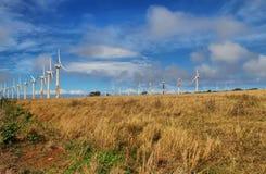 Paisagem com uma fileira das turbinas eólicas (ou dos moinhos de vento) n Imagem de Stock Royalty Free