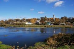 Paisagem com uma lagoa e as casas Foto de Stock Royalty Free