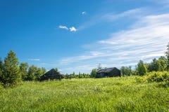Paisagem com uma vila inoperante Burdovo Imagem de Stock