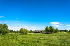 Paisagem com uma vila inoperante Burdovo Fotografia de Stock