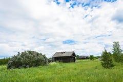 Paisagem com uma vila inoperante Burdovo Imagens de Stock