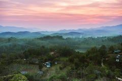 Paisagem com vila, montanhas e névoa Fotos de Stock