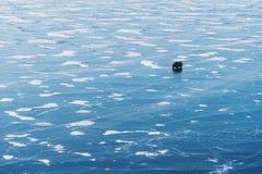 Paisagem congelada da opinião aérea do Lago Baikal com condução de carro no gelo Textura congelada bonita da paisagem do lago Imagens de Stock Royalty Free