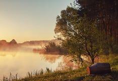 Paisagem costa do rio, lago na queda atrasada da névoa da manhã Fotos de Stock Royalty Free