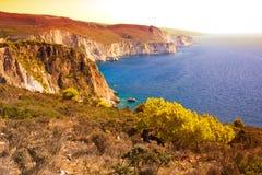 Paisagem costal bonita com uma cabra selvagem no por do sol em Grécia imagens de stock