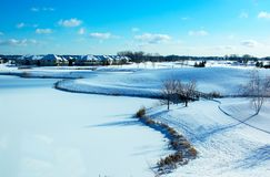 A paisagem Curvy na neve cobriu o campo de golfe e a lagoa. Fotos de Stock