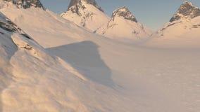 paisagem 3d gerada por computador de montanhas cobertos de neve ilustração stock