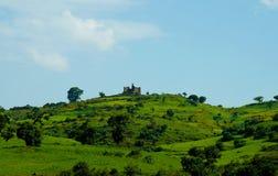 Paisagem da agricultura com castelo de Guzara e campos do teff em Etiópia imagens de stock royalty free