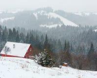 Paisagem da aldeia da montanha do inverno do amanhecer Fotografia de Stock Royalty Free