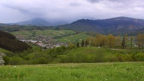 Paisagem da aldeia da montanha Vista da vila situada nas montanhas filme