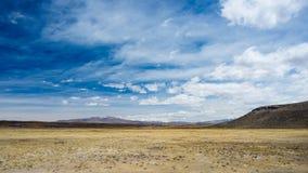 Paisagem da alta altitude com paisagem estéril áspera e o céu dramático cênico Opinião de ângulo larga de cima em 4000 m no andin Fotografia de Stock