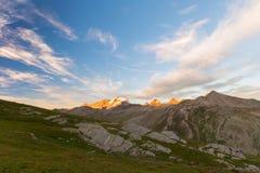 Paisagem da alta altitude, cordilheira de Gran Paradiso no por do sol fotos de stock royalty free