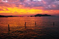 Paisagem da beleza com nascer do sol sobre o mar Imagem de Stock Royalty Free