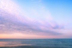 Paisagem da beleza com nascer do sol sobre o mar Foto de Stock