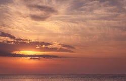 Paisagem da beleza com nascer do sol sobre o mar Fotografia de Stock Royalty Free