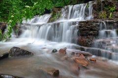 Paisagem da cachoeira do rio da montanha Cascata da cachoeira de Dzhurynskyi fotografia de stock royalty free