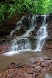 Paisagem da cachoeira do rio da montanha Cascata da cachoeira de Dzhurynskyi fotos de stock royalty free