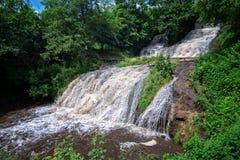 Paisagem da cachoeira do rio da montanha Cascata da cachoeira de Dzhurynskyi foto de stock royalty free