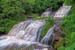 Paisagem da cachoeira do rio da montanha Cascata da cachoeira de Dzhurynskyi foto de stock