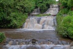 Paisagem da cachoeira do rio da montanha Cascata da cachoeira de Dzhurynskyi imagens de stock