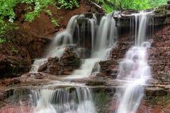 Paisagem da cachoeira do rio da montanha Cascata da cachoeira de Dzhurynskyi imagem de stock royalty free