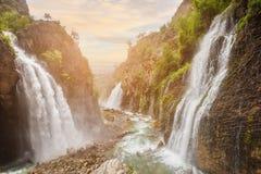 paisagem da cachoeira sob o grande céu Fotografia de Stock