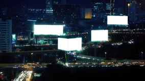 Paisagem da cidade com estradas e os quadros de avisos vazios video estoque