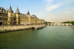 Paisagem da cidade com vista sobre o rio, Paris, França Fotos de Stock Royalty Free