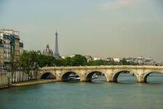 Paisagem da cidade com vista sobre o rio, Paris, França Foto de Stock Royalty Free
