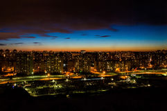 Paisagem da cidade da noite Fotos de Stock Royalty Free