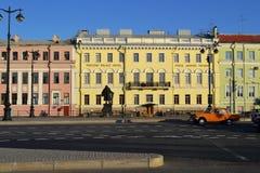 Paisagem da cidade de St Petersburg, construções antigas, estrada imagens de stock royalty free