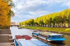 Paisagem da cidade de St Petersburg, Rússia com os barcos de prazer turísticos no rio de Moika Imagem de Stock