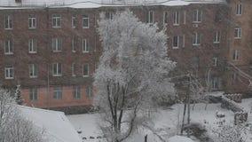 Paisagem da cidade do inverno com uma queda de neve pesada filme