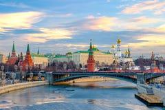 Paisagem da cidade da manhã com no Kremlin de Moscou fotos de stock