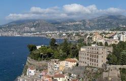 Paisagem da cidade na costa de mar Imagens de Stock Royalty Free