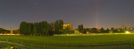 Paisagem da cidade na noite no verão Imagem de Stock