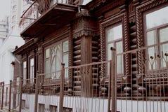 Paisagem da cidade O monumento da arquitetura de madeira do início do século XX em 22a, Karl Marx Street imagem de stock