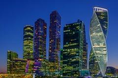 Paisagem da cidade, opinião da noite no centro de negócios internacional de Moscou fotos de stock royalty free
