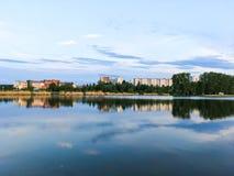 Paisagem da cidade pelo lago Imagem de Stock Royalty Free