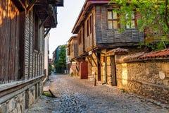 Paisagem da cidade - ruas e casas velhas no estilo de Balcãs, cidade de Sozopol Foto de Stock Royalty Free