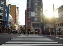 Paisagem da construção e da faixa de travessia japonesas no Tóquio de Asakusa, Japão fotos de stock