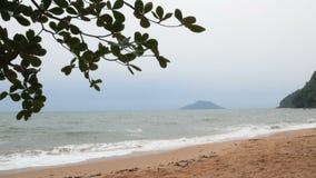 Paisagem da costa de mar da praia da areia antes da atmosfera de vinda da noite da tempestade video estoque