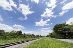 Paisagem da estrada de ferro com nuvens e fundo do céu azul Fotografia de Stock